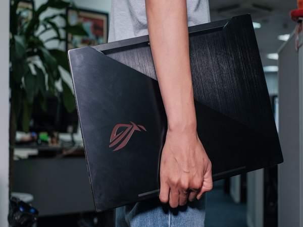 Chiếc laptop chơi game này thuộc dạng mỏng nhẹ, tiện đem đi lại, tuy nhiên bạn cũng cần tính đến trọng lượng của cục sạc nữa