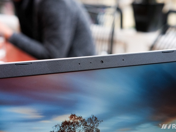 Viền màn hình không quá mỏng như dòng Dell XPS13, bù lại webcam vẫn được đặt phía trên màn hình