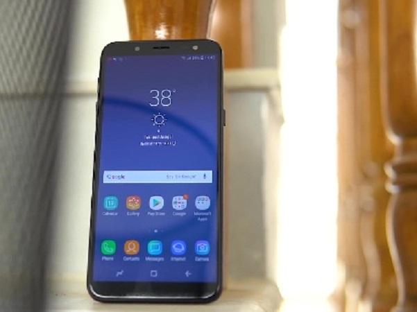 Khi chuyển sang sử dụng thiết kế màn hình tỷ lệ 18.5:9 viền mỏng, Samsung cũng đã bỏ hoàn toàn phím cứng ở mặt trước Galaxy J6