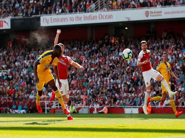 """Arsenal """"sảy chân"""" chẳng khác nào nhường mồi cho Man Utd"""
