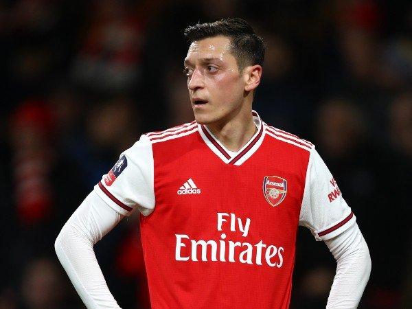 Tin bóng đá chiều 11/8: Arsenal chi tiền khủng đề nghị Ozil rời đội bóng